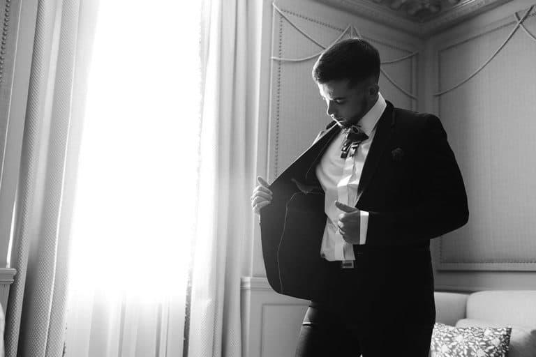 Photo marié noir et blanc, avec veste ouverte