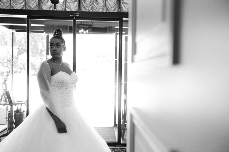 Modèle en robe de mariée arrière plan, premier plan flou