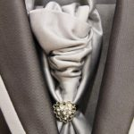 Cravate grise avec bijoux Lya Création